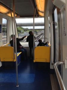 TGVではなく、ゆりかもめのような都市型交通(CDGVAL)